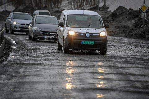 Fv. 12 ved Mjølan må stenges i enda ett døgn for å få asfaltert omkjøringsveien forbi anleggsområdet.