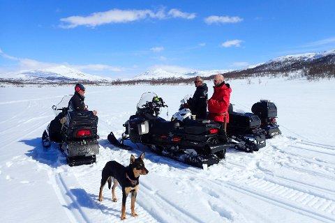 Fylkesmannen i Nordland vet at noen kommuner i fylket har en dispensasjonspraksis, der de i forbindelse med kjøretillatelse til hytter åpner for kjøring videre til nærliggende fiskevann eller rekreasjonsløype.  - En slik tolking av loven er ikke helt grei, sier fylkesmann Tom Cato Karlsen.