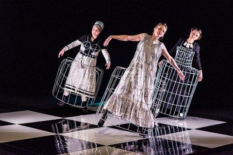 """Scene fra Sven Henriksens teaterstykke """"Kvinnerommet"""", som for tiden er ute på turne med Beaivváš, Det samiske nasjonalteatret."""