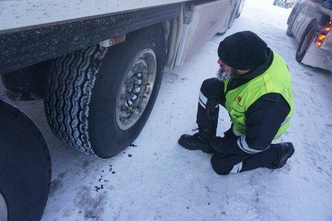Statens vegvesens utekontrollør sjekker dekkutrustning på Kilpisjärvi.