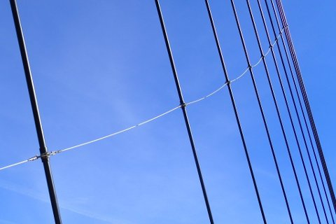 Bærekablene på brua er koblet sammen med støttestag, som skal forhindre store bevegelser når det er mye vind. Foto: Statens vegvesen