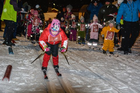 FULL FART: Mange har ventet på å få gå skirenn. HSB-cupen ble blant annet avlyst forrige tirsdag på grunn av kulden, men tirsdag var det renn både på Skillevollen (bildet) og på Skonseng.