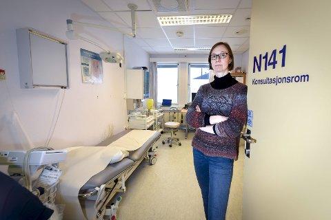 BEHOV: Seksjonsleder for Rana interkommunale legevakt, Silje Røssvoll, støtter behovet for et døgnåpent akuttpsykiatrisk tilbud på Helgeland. På et behandlingsrom som dette, måtte flere pasienter vente i mange timer på psykiatritransport til Bodø nylig.