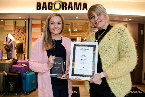 Kine Renate Bjørkmo (f.v) og Lone Thrane viser stolt fram beviset på at de har vunnet den gjeve prisen, Årets kunde 2018.