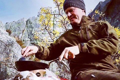 Villmarkskokk Svein Jæger Hansen skal lørdag kveld delta på en direktesending på nettet til Jegerpodden, hvor han skal lære bort gode oppskrifter og tips for å lage god mat storfugl, rådyr og rein.