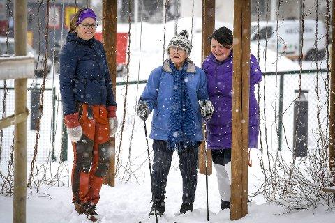 Holder balansen: Randi Toft gleder seg over å få seg en skitur, og er tydelig på at hun holder balansen selv uten hjelp fra avdelingslederne Lisbeth Fjellheim (t.v.) og Anja Bredesen. Foto: Øyvind Bratt.