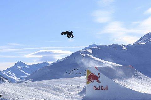 I form: Kristian Skjømming flyr høyt ut fra Big Air-hoppene. Med tre seire i norgescupen denne sesongen har han etablert seg i norgestoppen. Foto: Privat