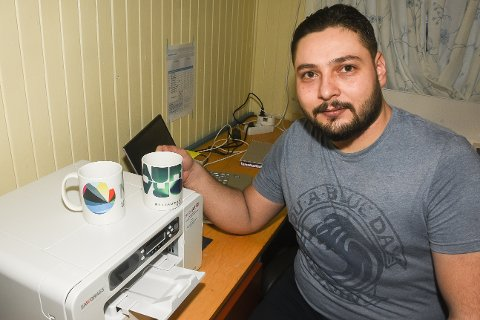 – Jeg vil jobbe og ikke motta stønad fra Nav. Derfor har jeg laget meg en arbeidsplass for produksjon av profileringartikler, sier daglig leder Mohammad Alhallak i Rose Printing Services på Nesna.