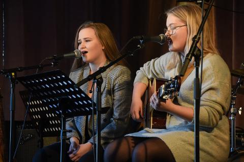 Zandra Hilstad og Emma Einmo brukte en time å lage en sang, de urframførte på talentkonserten.