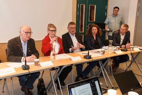 Arne Ketil Hafstad (t.v.), Hilda Gunnlaugsdottir, Helge Torgersen, Aud Tennøy og Ulrich Spreng fra møtet tirsdag da ressursgruppa la fram sin endelige rapport.