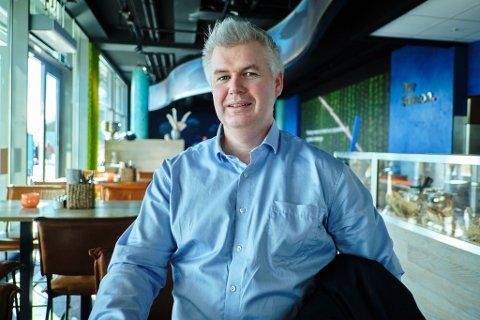 Kjell Norvald Skjøingstad, construction director i entreprenørfirmaet RISA, beskriver flyplassprosjektet som spennende.