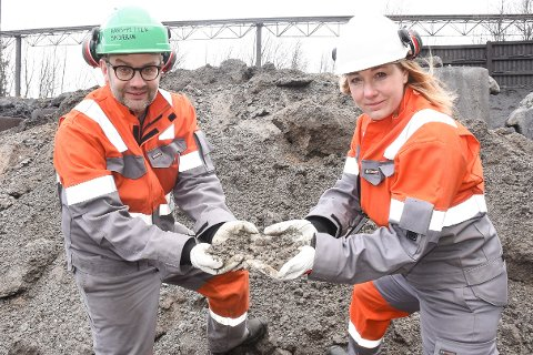 - Vi mener dette lyse øseovnslagget er verdt millioner. Vi jobber med å finne måter å anvende det på. Nå jobbes det på høygir, siden Miljødirektoratet truer oss med tvangsmulkt, sier personal og HMS-sjef Hans-Petter Skjæran og bærekraftsjef Susanne Nævermo-Sand i Celsa Armeringsstål.