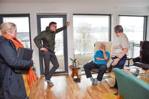 For daglig leder i Sjøveien Vest, Andreas Lund, kjennes det spesielt å få komme inn i leiligheten til Ruth og Leo Brandt og med selvsyn se hvordan det har blitt. – For ikke lenge siden sto jeg her og så på stenderverket og lurte på hvordan det skulle bli, og nå er det et hjem. Det er rørende, sier han.