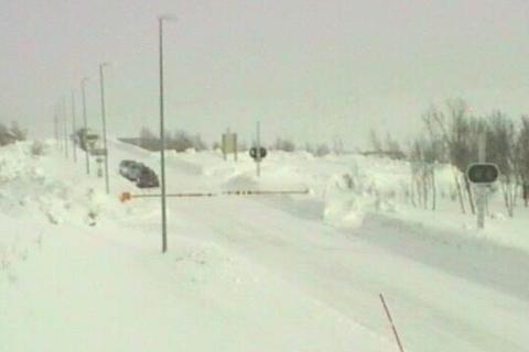Saltfjellet er stengt. Her venter en del biler på nordiden av fjellet, for å kjøre sørover mot Rana.
