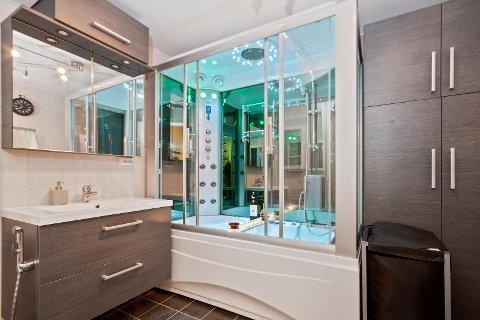 Badet i borettslaget er ganske stort, sammenlignet med mange av de andre leilighetene. - Her har selger valgt en veldig god løsning, da han slo sammen toalettet med baderommet, forteller Johansen.