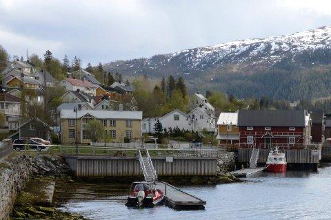 Parkeringsplassene nærmest Båtstua på Hemnesberget er ikke lengre reservert bobiler, siden skiltet om reservering var ulovlig satt opp.