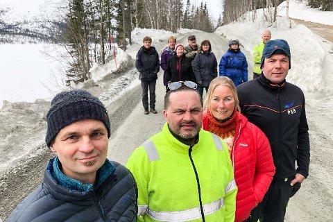 Bygdefolket langs Langvassgrenda har siden 1980-tallet kjempet for å få asfaltert veien. I fjor ble arbeidet med prosjektet startet opp, men fortsatt gjenstår 5,2 km. Arbeidet med det er i gang igjen. Bildet viser Per Arne Granlund (t.v.), Tor Ivan Johansen, Janne Leiråmo Johansen og  Per Steinar Lillevann og flere bygdefolk, og ble tatt i fjor vår.