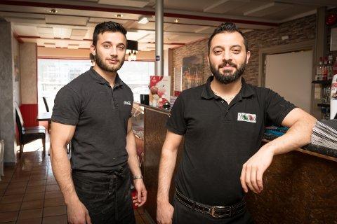 Talih Akckay, daglig leder og eier av Milano Restaurant og bar, og medarbeider Khaled har ikke lenger Arbeidstilsynet på nakken. – Det er de samme gutta som jobber her nå, som da, sier en fornøyd Akcay.