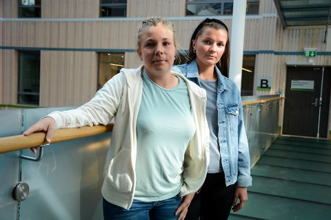 Studentene Iselin Johannessen (f.v) og Ragnhild Bjerkadal er negative til at lærerutdanningen ved Nesna er foreslått lagt ned.