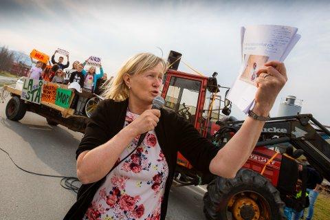 Fra demonstrasjonen mot nedleggelse av lærerutdanningen på Nesna. Ordfører Hanne Davidsen holdt tale mot forslaget om nedleggelse av studiested Nesna.