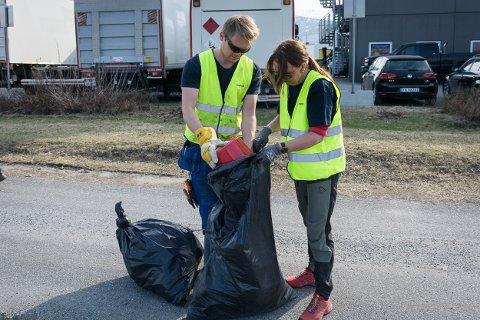 Merete Karlsen og Aleksander Fagereng fylte mange sekker under ryddedagen.