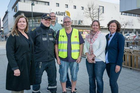 Mona Henriksen (f.v.), Tom Håvar Bogen, Knut Bjerkli, Stein Hovind, Nina Karin Solum og Kristin Brodtkorb håper alle unge får en fin mai måned.