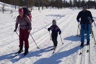 FULL FART: Kine Svartisdal Karlsen, Arne Anton Storvolleng og Stig Arne Storvolleng et par kilometer etter start. Foto: Mette Fallhei og Eldbjørg Fagerjord