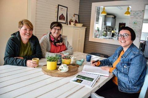 Silja Storvoll (t.v.) flytte tilbake til hjembygda etter 20 år, og ble inspirert til å produsere egne produkter. Her sammen med Aina Rabben og Eldbjørg Fagerjord da næringsforeninga ble etablert i 2019.
