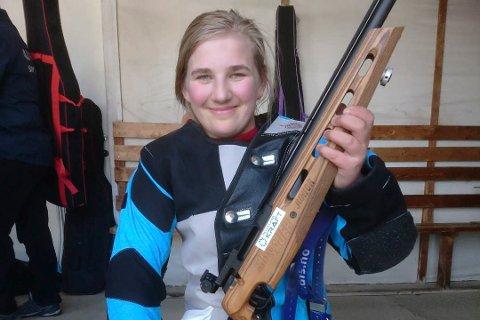I FORM: Tina Mari Husnes Larsen fra Røvassdalen skytterlag viste igjen solid baneskyting. Søndag skjøt hun 250 og fullt hus i stevnet i Dunderlandsdalen.