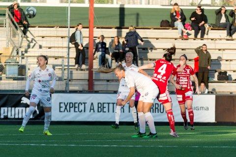 Lisa-Marie Karlseng Utland ble skadet i duellen med Piteås kaptein Josefin Johansson og måtte hjelpes av banen.