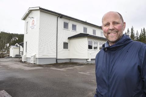 Prosjektleder Lars Petter Falch Larsen i Zar Eiendom AS forteller det er hektisk å få alt på plass for åpningen av Skillevollen motell. De satser på å være et rimelig alternativ for dem som kjører landeveien og som trenger et sted å sove.