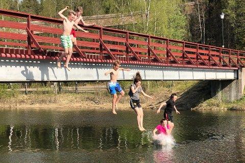 Isak Misje, Fredrik Ivarjord, David Bustnes, Kristine Sundsfjord, Aurora Reichel og Emil Ivarjord er glade i å bade og bryr seg ikke om at temperaturen i Tverråga ikke er særlig høy.