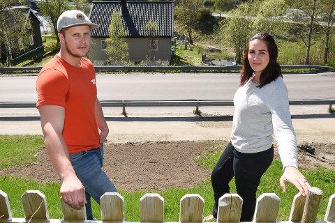 Det er ikke hyggelig å få en økonomisk baksmell av at Helegeland Kraft og andre aktører har benyttet vår kloakkledning til å trekke kabler under veien, som førte til at kloakken gikk tett, sier småbarnsforeldrene Kristoffer (31) og Tina (30) Michalsen i Selforsveien 102.