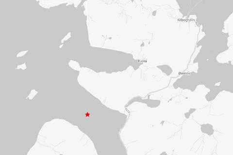 Senteret for det lille jordskjelvet i Lurøy torsdag ettermiddag var mellom øya Aldra og Okstinden i nærheten av Aldersundet. Grafikk: NORSAR