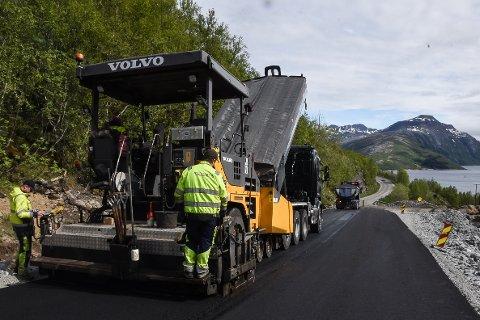 Nå kan man føle smaken av ny og bred vei på Kystriksveien gjennom Lurøy. Den første delen av nyveien er klar for bilsitene med et ferskt asfaltdekke.