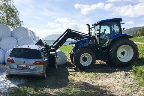 Paret i 50-bilen kan være glade for at bilen stoppet, før de fikk lasteskuffa til traktoren i hodet. Den kunste bilens frontrute.