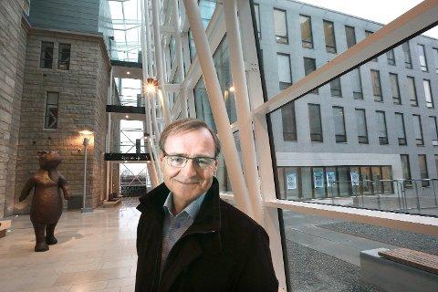 Toppsjefen i Helse Nord Lars Vorland vil ikke endre på mandatet til framtidas Helgelandssykehus nå.