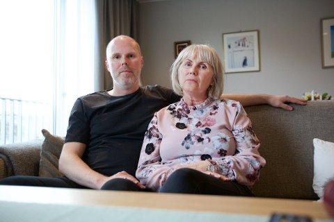 MÅ IKKE FLYTTE: Dagny K. Albrigtsen (66) bor på avdelingen for yngre demente på Otium. Hun og sønnen Stian Pedersen har vært bekymret for at hun skulle bli flyttet på grunn av kommunens helsekutt. Det er nå vedtatt at beboerne på avdelingen får bli værende der.