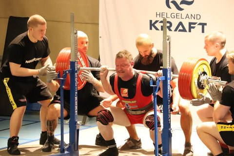 Jan Edvard Jensen klarte verdensrekord i sin klasse i knebøy, men da han mislyktes i benkpress var NM over og rekorden blir ikke godkjent.