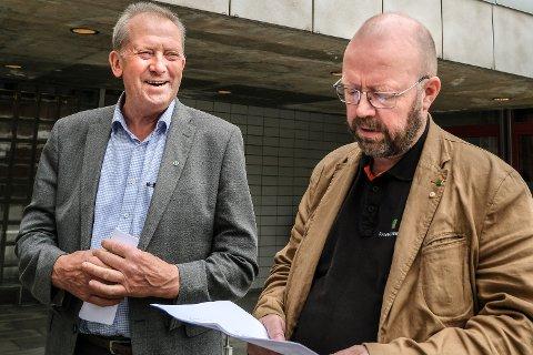 Johan Petter Røssvoll gliser godt over den ferske meningsmålingen som viser stor framgang for Senterpartiet og han selv. Ordfører Geir Waage (Ap) virker ikke like fornøyd, men understreker at han inspireres til å stå på enda hardere.