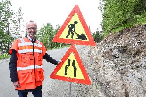 Samferdselsråd Svein Eggesvik i Nordland gleder seg til at det blir asfalt på fylkesveien innover til Langvassgrenda. Han vet de som bor der har ventet lenge på fast dekke.