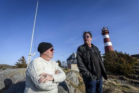 Frank Marstokk (t.v.) og Reidar Sørensen har byttet ut rampelyset med blinkingen fra Skrova fyr. Nå vokter de fyret, og tar imot gjester.