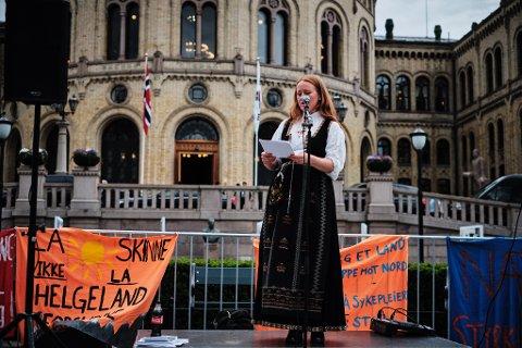 Talsperson for Aksjonsgruppen for høyere utdanning på Helgeland, Cathrine Hole, sier at de vil ta alle midler i bruk for å stoppe vedtaket. Her på talerstolen utenfor Stortinget i forrige uke.