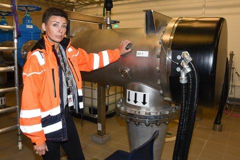 Seksjonsleder Hilde Sandstedt for vann og avløp i Rana kommune. Her ved renseanlegget til Mo vannverk på Hammeren. Bildet er tatt ved en tidligere anledning.
