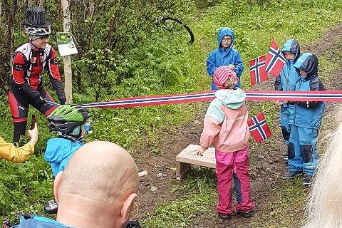 May Fagerjord Kolåsæter (8) fikk æren av å klippe over snora for gang- og sykkelstien.