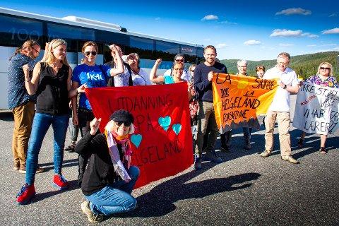 Folkeaksjonen for høyere utdanning på Helgeland fotografert da de tidligere i sommer tok buss til styremøtet i Nord universitet på Værnes.
