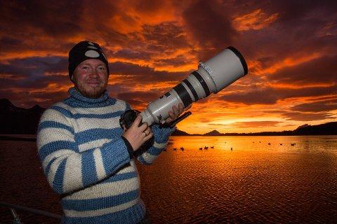 Hans Petter Sørensen stiller på lørdag ut sine havørn-fotografier på Nesna.