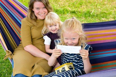 Magnhild Kvåle-Knutsen sammen med lillesøsteren Johanne Kvåle-Knutsen og moren Linn Cathrin Kvåle. Foto: Ingrid Linnea Hatten