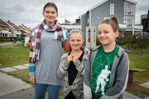 Julie Førnes Magnussen (f.v.), Amalie Benedikte Førnes Magnussen og Nikolai Magnussen på 22. juli-markeringen på Havmannplassen.