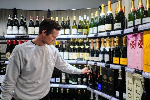 Klar for bryllupsdag: Mats Flatås kjøper inn champagne til sin åttende bryllupsdag.